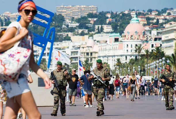 Terrori-isku toi poliisit Nizzan rannoillekin.