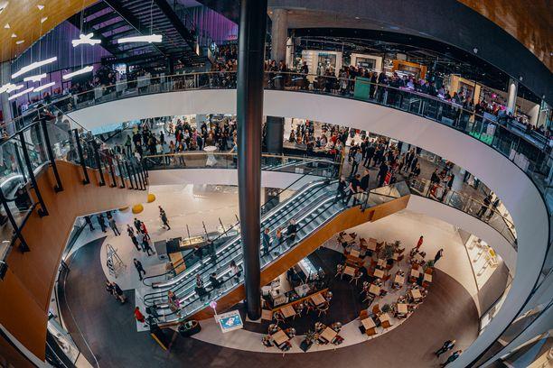 Kauppakeskus Triplan ylemmät kerrokset ovat yhteydessä toisiinsa, mutta kauppahalli ja isot ruokakaupat sijaitsevat erikseen pohjakerroksessa.