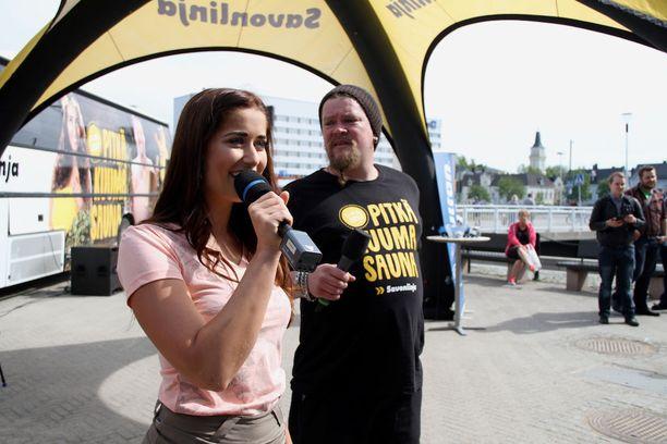 Helena Riihitupa ja Ville Haapasalo juonsivat kiertueen pysähdystä Oulussa.