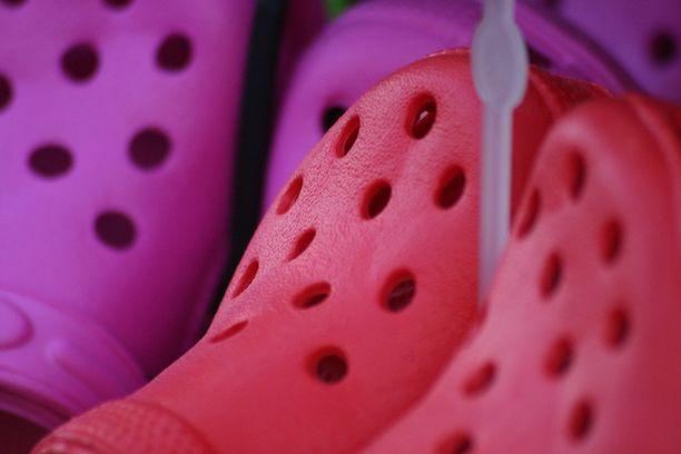 Crocsit eivät tue jalkapohjan kaarta ja jalka voi sen vuoksi kipeytyä pitkäaikaisessa käytössä.