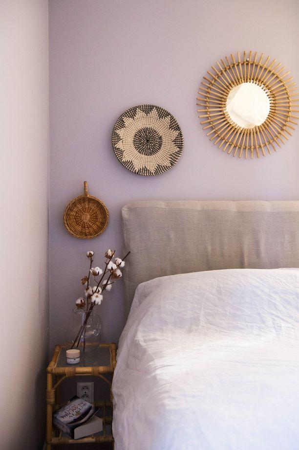 Makuuhuoneen yöpöydät ovat lainassa anopilta. Pellavainen sängynpäädyn huppu on lahja äidiltä.