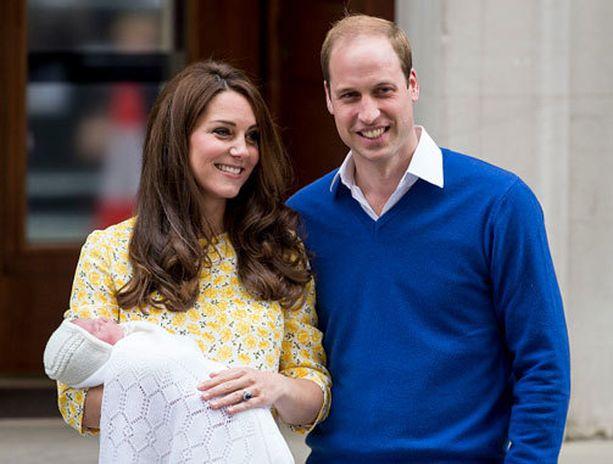 Herttuatar Catherine ja prinssi William juttelivat toisilleen koko ajan esitellessään tytärtään medialle ja maailmalle.