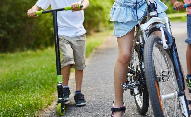 Paikallistiellä oli lapsia pyörien ja potkulautojen kanssa. Kuva ei liity tapaukseen.