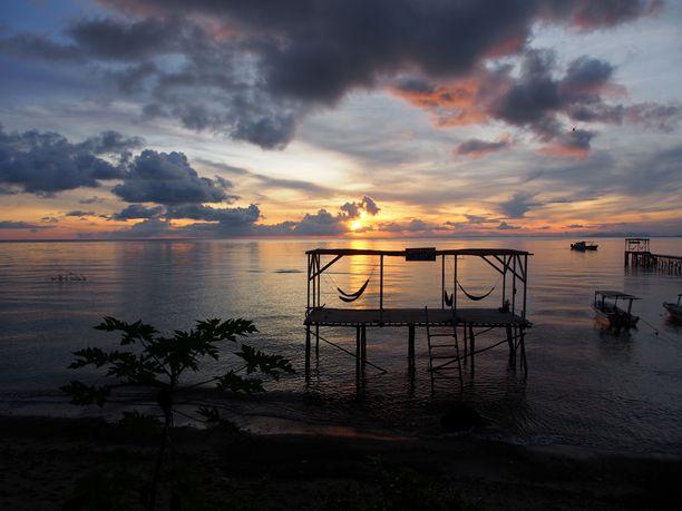 Una una on tuliperäinen saari. Tulivuori purkautui saarella viimeksi vuonna 1983.