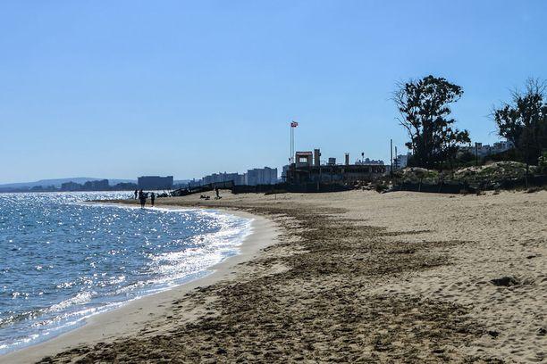 Vartioasema entistä rantakohdetta ympäröivällä aidalla.