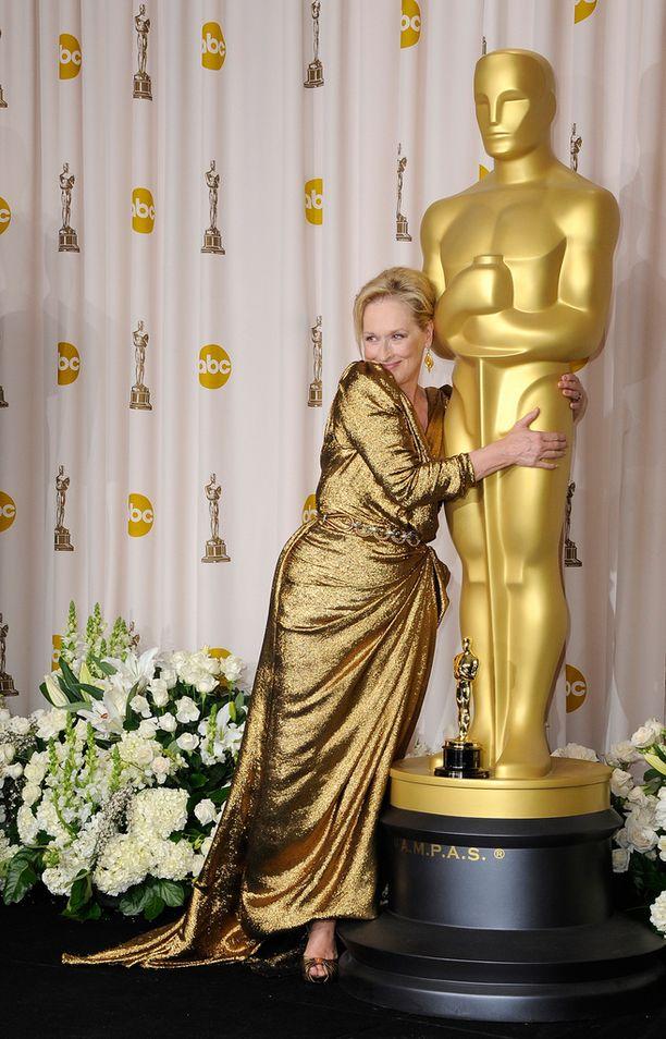 Meryl Streep halaa Oscar-patsasta vuonna 2012.