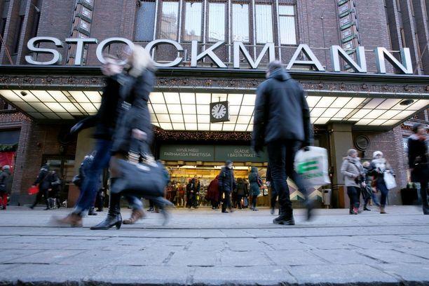Italialaiskaksikko kärysi Stockmannilla yrittäessään maksaa väärennetyillä 50 ja 20 euron seteleillä.