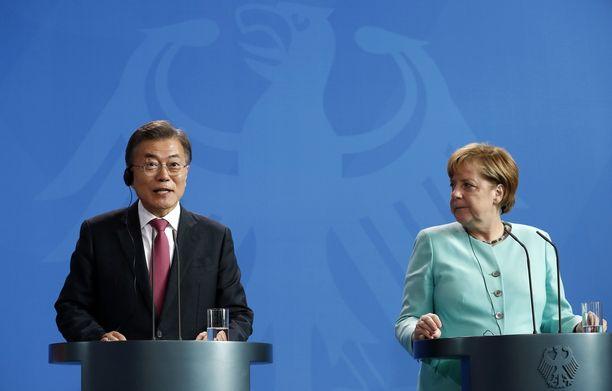 Etelä-Korean presidentti Moon Jae-in puhui yhteisessä lehdistötilaisuudessa Saksan liittokansleri Angela Merkelin kanssa Berliinissä. Moon on Saksassa virallisella vierailulla ja osallistuu Hampurin G20-kokoukseen.