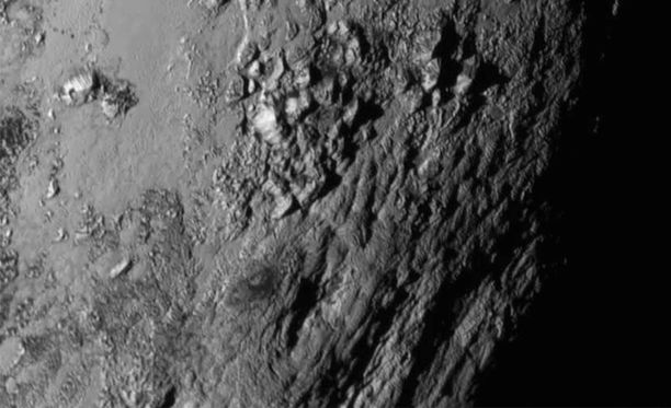 New Horizons sai myös taltioitua vuorijonon lähellä Pluton päiväntasaaja-aluetta.