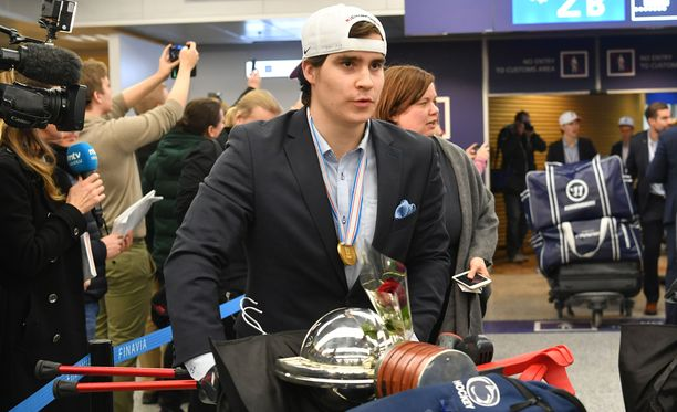 Nuorten Leijonien kapteeni Aarne Talvitie toi MM-pokaalin Helsinkiin.