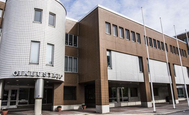 Oulun käräjäoikeus käsittelee Johanna Vehkoon väitettyä kunnianloukkausta.