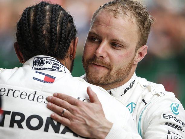Valtteri Bottas ja Lewis Hamilton ovat vieneet heti kauden alkajaisiksi nimiinsä kolme kaksoisvoittoa. Hamiltonilla on kaksi voittoa, Bottaksella yksi.
