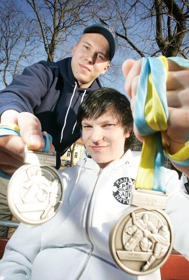 Vuonna 2006 MM-hopeaa 18-vuotiaiden kisoissa voittanut Joonas Kemppainen ei ollut vielä huippu-urheilijan mitoissa. Kuvassa takana Eetu Heikkinen.