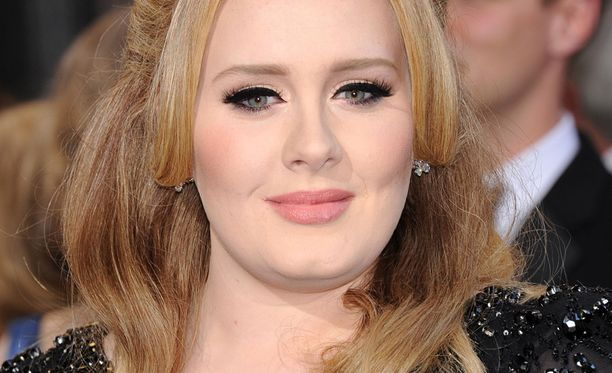 Adele vakuuttaa, että on edelleen yhdessä poikansa isän kanssa.
