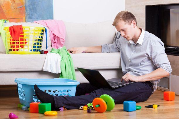 Muutama Iltalehdelle kokemuksistaan kertonut mies on joutunut vastaamaan kokonaan sekä kodin taloudesta kuin siivoustyöstä.