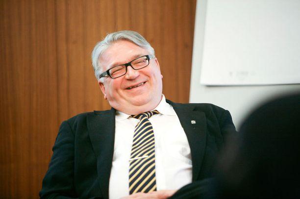 Miljonääriliikemies Kyösti Kakkonen laittaisi kansan töihin entistä enemmän. Vapun pitäisi olla hänen mielestään kansallinen taksvärkkipäivä, jonka palkkatuotto menisi suoraan valtion taskuun.