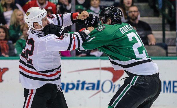 Jordin Tootoo on NHL-urallaan ollut tappelupukarin maineessa. Kuvassa painikumppanina Dallasin Antoine Roussel.