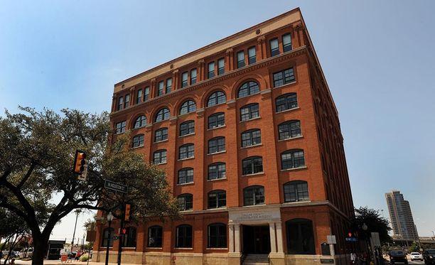 Virallisen selityksen mukan Oswald ampui kuolettavat laukaukset koulukirjavaraston kuudennen kerroksen ikkunasta.