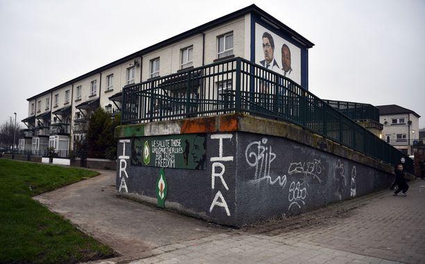 Kuva Derryn kaupungissa sijaitsevasta rakennuksesta,  jonka seiniin on kirjoitettu tasavaltalaisarmeijan järjestön nimi.