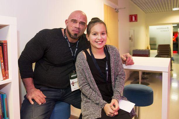 Bull Mentula poseerasi Maru-vaimonsa Ronja-tyttären kanssa vuonna 2016.