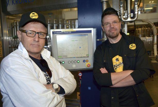 Tyytyväiset miehet eli Reijo Mäki (vas.) ja Rami Aarikka. Mäki on juuri painanut nappia käynnistääkseen Kakolan Kalpean tuotannon.