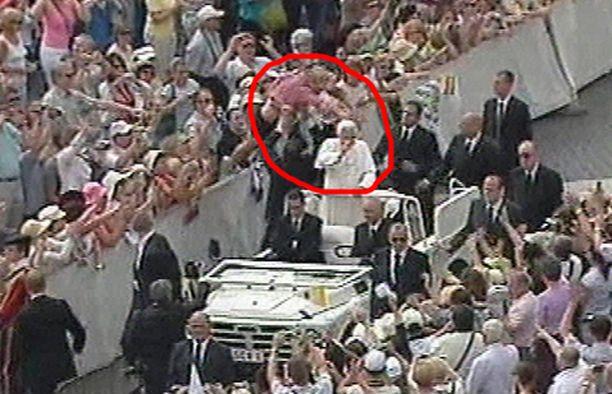 Punapaitainen mies yritti hypätä paavin kyytiin.