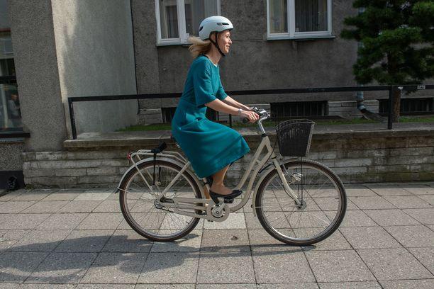 Viron pääministeri Kaja Kallas saapui lauantaina polkupyörällä Tallinna-päivän viettoon.