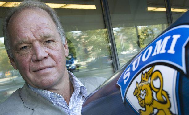 Hexi Riihiranta on toiminut Leijonien joukkueenjohtajana ja poliisien jääkiekkojoukkueen tosiena valmentajana.
