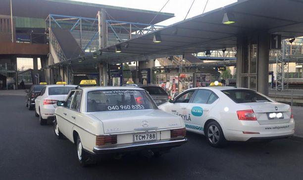 Jos museotaksi on taksi, se saa olla tolpalla kyltti katolla. Trafin mieiestä museoauto ei voi olla taksi liman taksilupaa, mutta poliisi ei aio sakotella museotakseja.