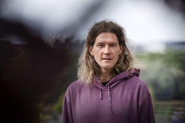 Arto Tuunela on Pariisin Kevään laulaja, kitaristi, tuottaja ja sanoittaja.