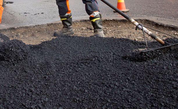 Suurimmat korvaukset joutui maksamaan rakennusyhtiö Lemminkäinen, jonka oikeus tuomitsi maksamaan 25 kunnalle yhteensä lähes 16 miljoonaa euroa ja valtiolle neljä miljoonaa euroa.