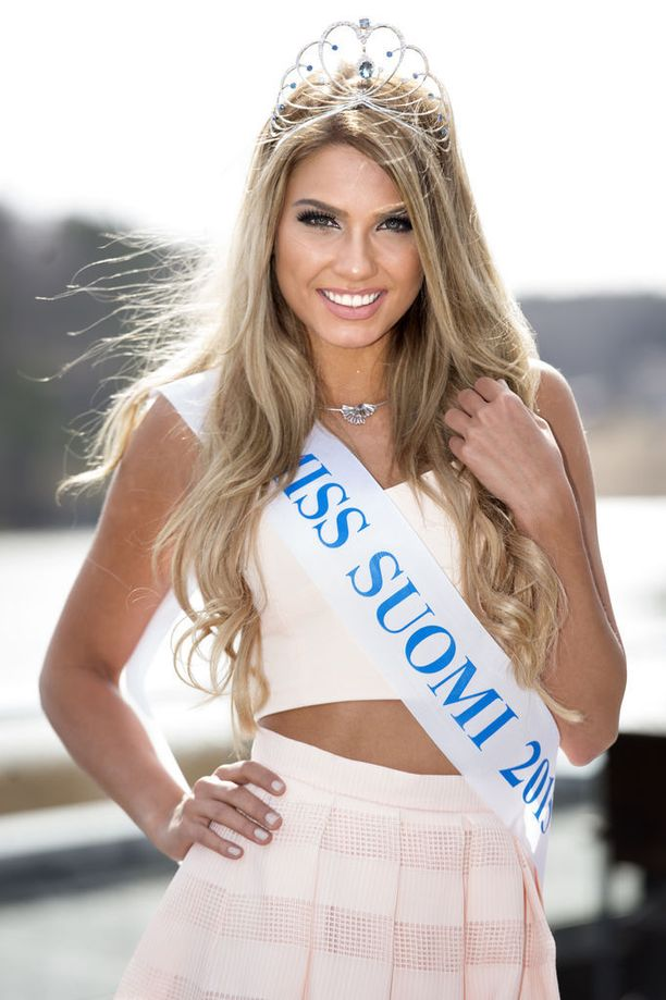 Ryyti kruunattiin Miss Suomeksi 2015. Kuvassa tuore missi poseeraa kruunajaisia seuraavana päivänä.