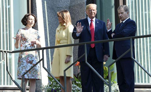 Presidentit Niinistö ja Trump puolisoineen kuvattuna maanantaiaamuna.