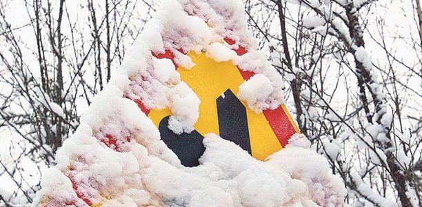 KUKA PUTSAA Kenen pitäisi kolistella lumet pois, jotta merkki näkyisi.