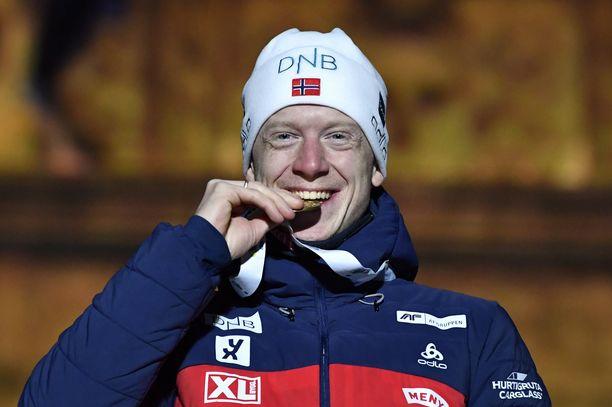 Norjan ampumahiihtäjä Johannes Bö pääsee nauraen pankkiin.