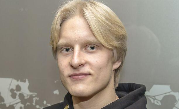 Topias Laine heitti ennätyksensä 75,83.