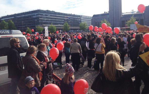 Tuhannet kokoontuivat Helsingin keskustaan keskiviikkoiltana vastustamaan leikkauksia varhaiskasvatuksesta.