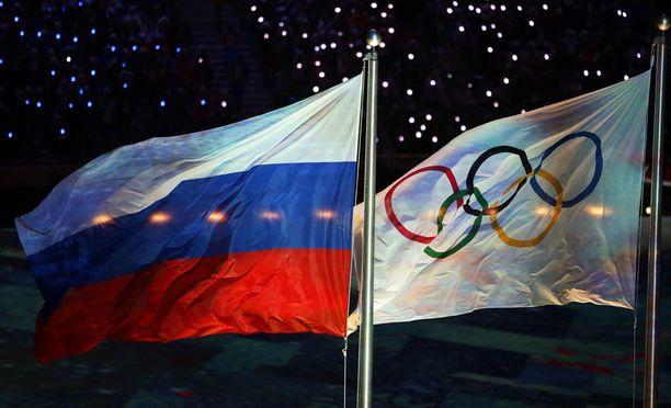 Venäjän ja KOK:n liput liehuivat vierekkäin neljä vuotta sitten Sotshissa. Pyeongchangissa Venäjän maatunnuksia ei välttämättä nähdä.