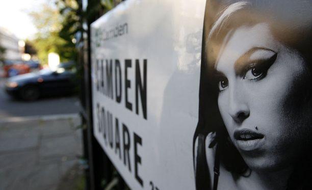 Winehousea on muistettu tänään laulajan kotikulmilla Camdenissa.