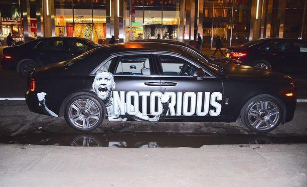 Conor McGregor pääsee taittamaan matkaa päheällä Rollsilla.