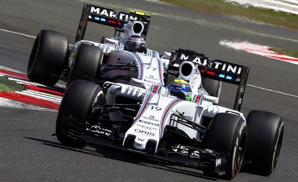 Williamsit kaahailivat Silverstonen kisan alkuvaiheessa kaksoisjohdossa.