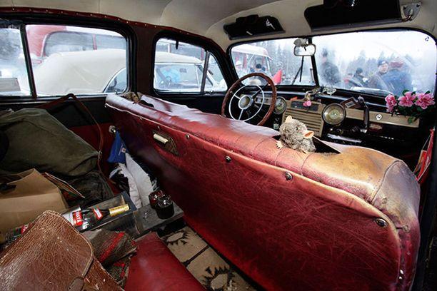Popedan kyydissä on myös ylimääräinen vakiomatkustaja.