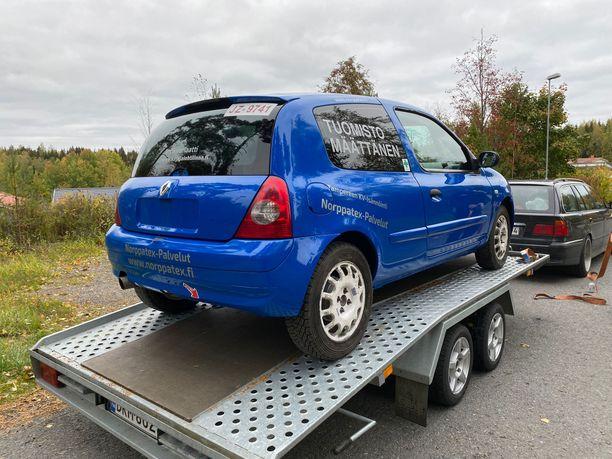 Renault Clio ajettiin trailerille. Sen jälkeen saunottiin.