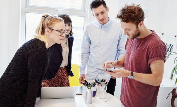 Lähes kolme neljästä (73 prosenttia) kyselyyn vastanneista nostaa kärkikolmikkoon jatkuvan kyvyn oppia. Sosiaaliset taidot mainitsee 69 prosenttia ja oma-aloitteisuuden 53 prosenttia kyselyyn vastanneista johtajista.