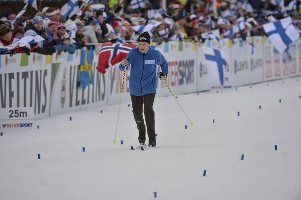 Yleisö villiintyi, kun Siiri Rantanen hiihti 92-vuotiaana komeasti Lahden stadionin ympäri.