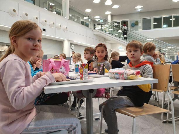 Yli-Maarian koulun 1B-luokalla oleva Alisa Vieltojärvi (vas.) piti eväiden syömistä hauskana. Eväistä pitivät myös Oliver Virko ja Luna Niinimäki.