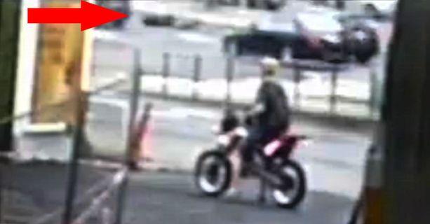 Videokamerakuvan ruutukaappauksesta otetussa kuvassa näkyy, kuinka pyöräilijä jää liikkumattomana makaamaan turmapaikalle.
