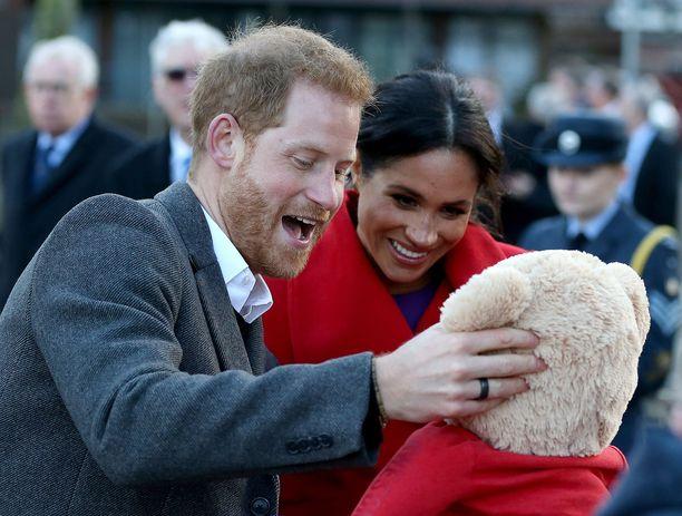 Birkenheadissä maanantaina vieraillut Sussexin herttuapari sai paikalle saapuneelta ihailijalta lahjaksi pehmonallen.