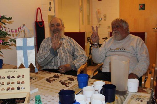 Johannes Petroff (vas.) ja Jorma Levy kisatunnelmissa.
