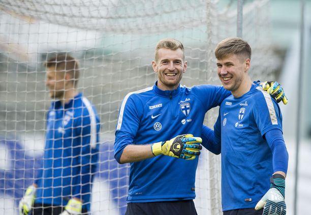 Lukas Hradecky ja Jesse Joronen (oik.) pelaavat huippuliigoissa. Anssi Jaakkola (vas.) on kokenut kolmosvahti.